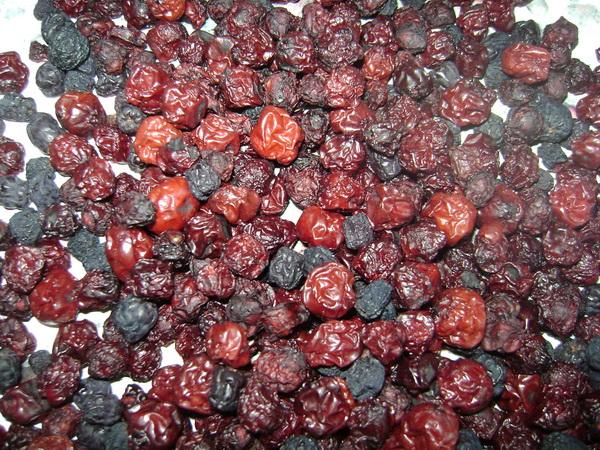 ягоды вишни и черноплодной рябины сушеные
